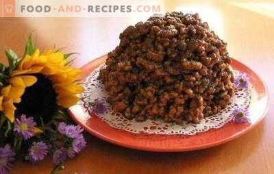 Corn sticks cake - luftiges Dessert für ein paar Minuten. Kuchen aus Maisstäbchen mit Kondensmilch, Nüssen, Früchten