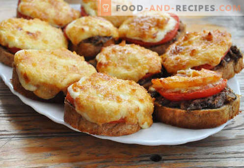 Warme Sandwiches mit Wurst, Käse, Ei, Tomaten - die besten Rezepte. Wie heiße Brötchen im Ofen, in der Pfanne und in der Mikrowelle zubereiten.