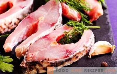 Fischsteak in einer Pfanne, Grill, Mikrowelle und Ofen. Gewürzte Fischsteaks mit Sojasauce, Gemüse und Zitronensaft