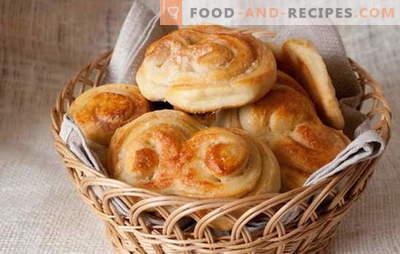 Hefebrötchen - süßes Gebäck stammt aus der Kindheit. Hefeteigbrötchen mit Rosinen, Zimt, kandierten Früchten und Hüttenkäse
