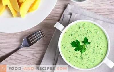Sauce mit Gemüse und Knoblauch, Tomatensauce und anderen würzigen Zubereitungen. Nicht stumpfe Winterküche mit grüner Soße