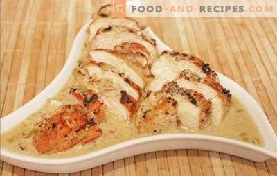 Zarte und saftige Hühnerbrust in einer cremigen Sauce. Verschiedene Optionen zum Kochen von zarter und saftiger Hähnchenbrust in einer cremigen Sauce mit Pilzen, Senf, Käse und Wein