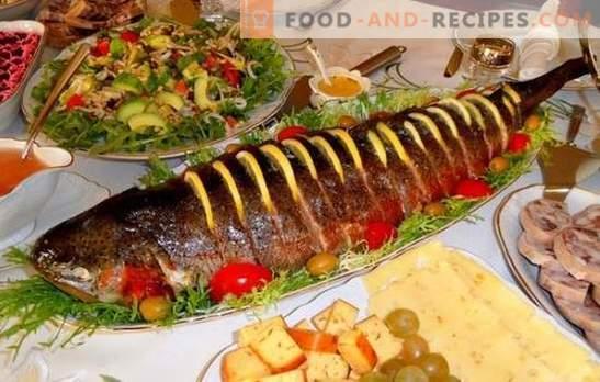 Rosa Lachs ganz - eine festliche Version des Kochens von roten Fischen. Rezepte für rosa Lachs mit Käse überbacken, Kartoffeln