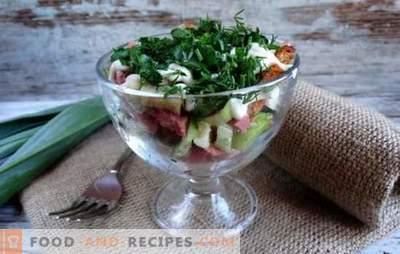 Salat mit Crackern und geräucherter Wurst ist eine knusprige Weihnachtsdekoration. Rezepte für Salate mit Croutons und geräucherter Wurst