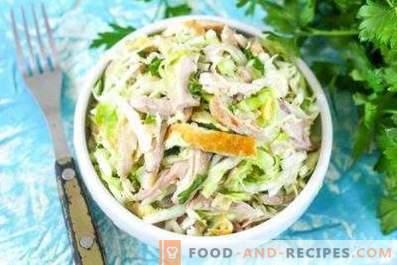 Salate mit Eierpfannkuchen