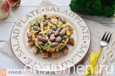 Salat mit Bohnen, Crackern, Mais und Käse