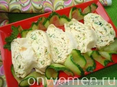 Lavash Brötchen mit Hähnchen, Käse und frischer Gurke