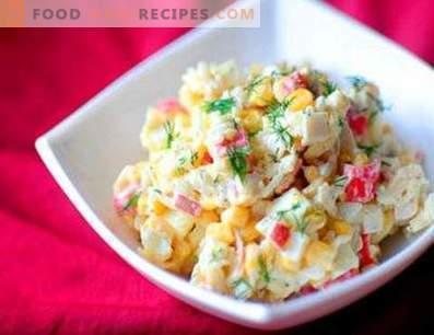 Salate mit Krabbenstäbchen und Reis