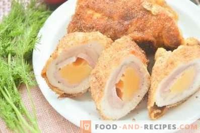 Hühnerbrötchen mit Schinken und Käse in einer Pfanne