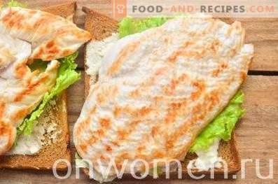 Sandwich mit Roggenbrot, Brust und Gurke