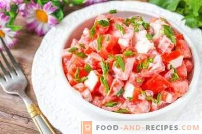 Salate mit Krabbenstäbchen und Tomaten