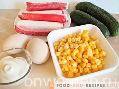 Krabbensalat mit Mais, Eiern und Gurken
