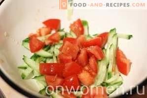 Salat mit Krabbenstäbchen, Tomaten und Mais