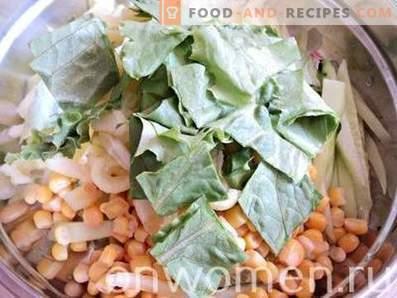 Salat mit Mais, Gurken und Pfeffer