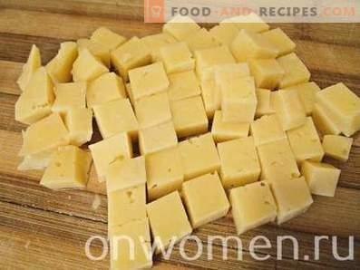 Salat mit Hähnchen, Käse, Tomaten und Keksen