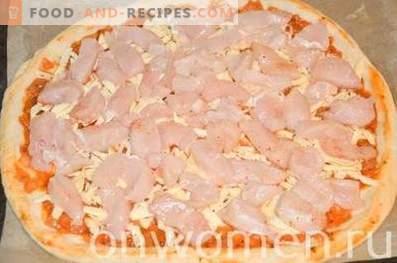 Pizza mit Hähnchen und Pilzen auf Hefeteig