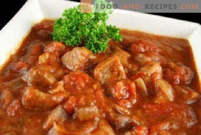 Fleisch mit Zwiebeln und Möhren in einer Pfanne