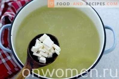 Suppe mit geschmolzenem Quark