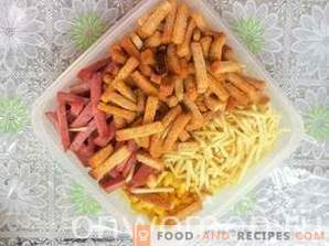 Salat mit Kirieshkami, geräucherter Wurst und Mais