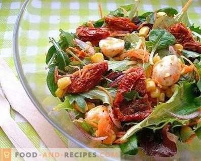Salate mit getrockneten Tomaten
