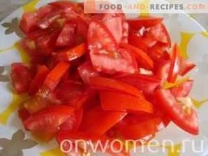 Warmer Salat aus Paprika und Tomaten mit Hühnchen