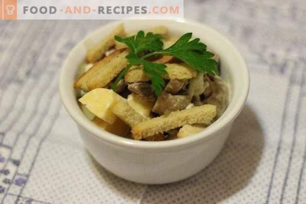 Salat mit Fleisch, Pilzen und Crackern
