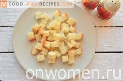 Salat mit Bohnen, Crackern, Mais und Hähnchen