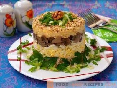 Blätterteigsalate mit Pilzen und Hähnchen