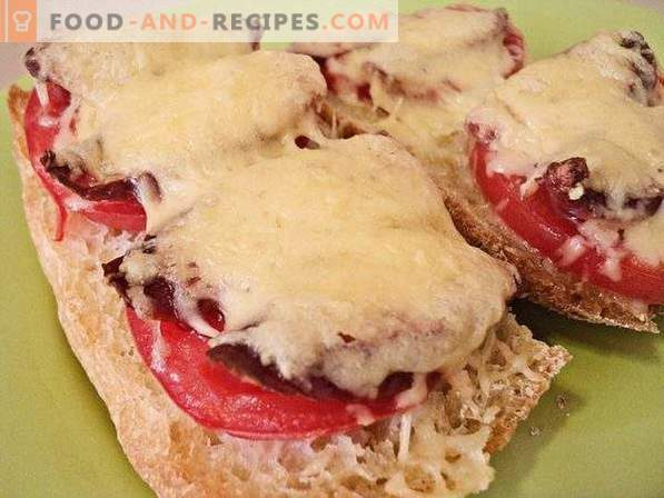 Warme Sandwiches mit Tomaten und Jagdwürsten