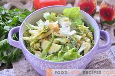 grüner salat mit ei und gurke