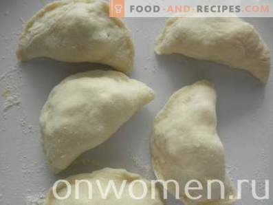 Ungesäuerte Apfelpasteten im Ofen