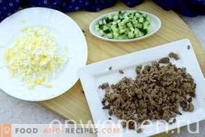 Salat mit Hühnerleber und Gurke
