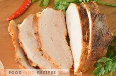 Gebackenes Schweinefleisch in Folie im Ofen