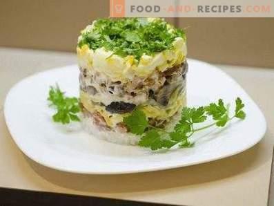 Salate mit pilzen und geräuchertem hähnchen