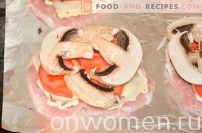 Mit Champignons, Tomaten und Käse gebackene Koteletts