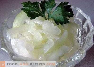 Zwiebeln, in Zitronensaft eingelegt