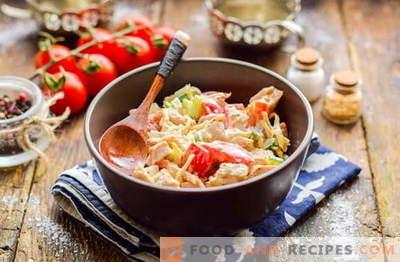 Malibusalat mit Hähnchen, Käse und Gemüse. Probieren Sie es aus!