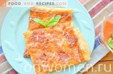 Pizza mit Wurst und Käse im Ofen