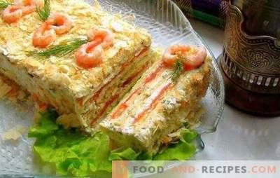 Kuchen mit Konserven - Tischdekoration! Saftiger Kuchenkuchen mit Konserven und Gemüse, Käse, Eiern, Essstäbchen, Kaviar