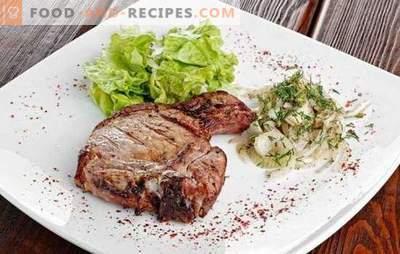 Entrecote in einer Pfanne - ein Restaurantgericht im Hauptmenü. Entrecotes in einer Pfanne mit Rindfleisch, Schweinefleisch und Lammfleisch kochen