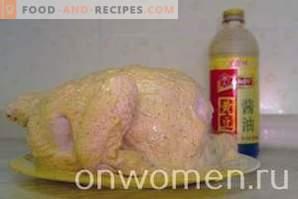 Pollo al horno en papel de aluminio en el horno por completo