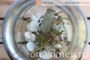 Für den Winter sortiert Gurken und Tomaten sowie Paprika und Zucchini