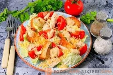 Cäsarsalat mit Hähnchen, Chinakohl, Crackern und Tomaten