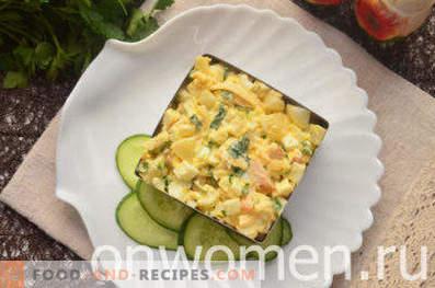 Salat mit geräuchertem Huhn, Ananas, Käse, Ei